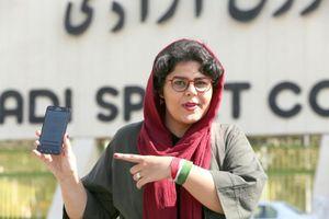 Lần đầu tiên sau nhiều thập kỷ, phụ nữ Iran được phép vào sân cổ vũ bóng đá
