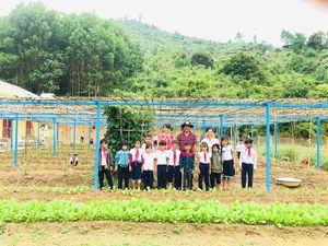 Thầy cô trồng rau, nuôi lợn cải thiện bữa ăn cho trò nghèo vùng cao
