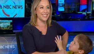 Nữ phóng viên bị con trai nghịch tóc lúc dẫn chương trình trực tiếp