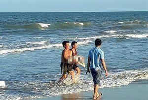 Cô gái trẻ tử vong khi tắm biển cùng nhóm bạn