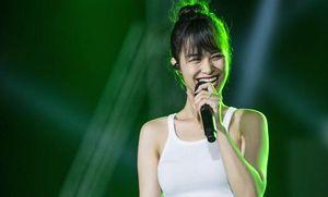 Đông Nhi tỏa sáng rạng rỡ dù chỉ diện giản dị đi tập liveshow Khắc Việt