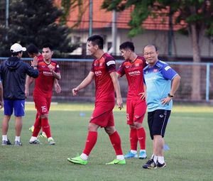 HLV Park Hang Seo cùng học trò bất ngờ gặp sự cố trong ngày đầu tập luyện ở Indonesia