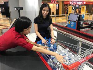 Dân ùn ùn mua nước đóng chai sau khuyến cáo của UBND thành phố Hà Nội