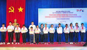 Nguyên Phó Chủ tịch nước Trương Mỹ Hoa trao tặng 450 suất học bổng tại Khánh Hòa
