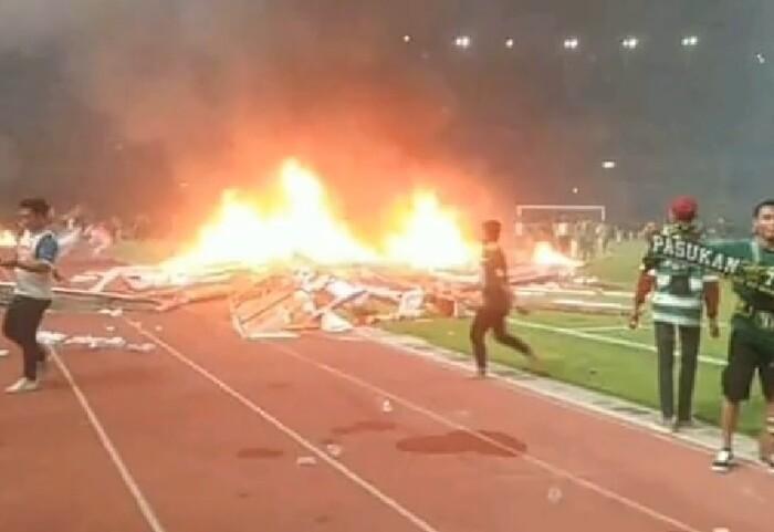 Cận cảnh CĐV Indonesia tràn xuống sân để đốt và phá gây sốc