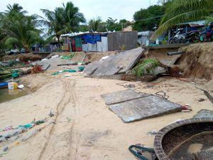 Hơn 800m đường bê tông tại thôn Đầm Môn bị sóng biển đánh sập