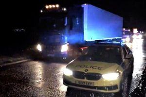 Cảnh sát Anh bắt tài xế chở 15 người vượt biên trong xe tải