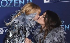 Selena Gomez hôn em gái 6 tuổi trên thảm đỏ 'Frozen 2'