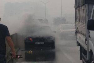 Xế hộp bất ngờ bốc cháy dữ dội trên đường cao tốc