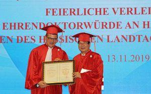 Trao bằng Tiến sĩ danh dự cho Chủ tịch Quốc hội Bang Hessen, CHLB Đức