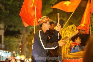 Tuyển Việt Nam thắng UAE, biển người xuống đường ăn mừng
