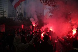 Cổ động viên quá khích Thái Lan đốt pháo sáng trước giờ G