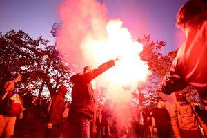 CĐV Thái Lan hò hét, đốt pháo sáng trước cổng an ninh vào sân Mỹ Đình