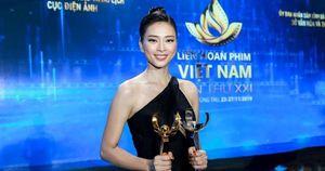 Hình ảnh Ngô Thanh Vân rạng rỡ đón 2 giải bông sen vàng và bạc trong Lễ Bế mạc liên hoan phim Việt Nam lần thứ 21