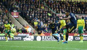 Aubameyang lập cú đúp, Arsenal hòa Norwich ở trận ra mắt HLV Ljungberg