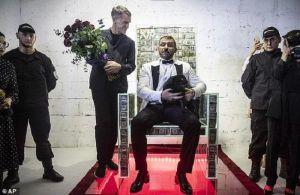 Sau màn 'rải mưa tiền', tỷ phú Nga dùng 1 triệu USD làm ghế ngồi