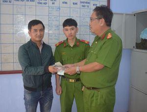 Chiến sĩ nghĩa vụ nhặt được tài sản trao trả cho người đánh rơi