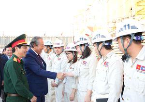 Phó Thủ tướng Thường trực thăm Đại sứ quán và cộng đồng người Việt Nam tại Lào