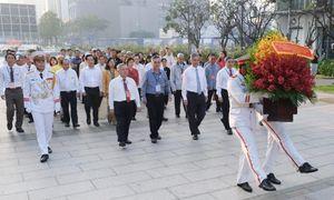 Đoàn đại biểu các dân tộc thiểu số TPHCM dâng hoa Chủ tịch Hồ Chí Minh