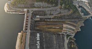 Cận cảnh hồ thủy điện Hòa Bình sát mực nước chết sau 30 năm