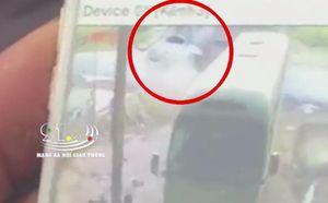 Ô tô con bẹp dúm sau khi tông trực diện xe ben, tài xế nguy kịch