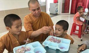Sư thầy dành 20 năm nuôi dưỡng hàng trăm trẻ em cơ nhỡ
