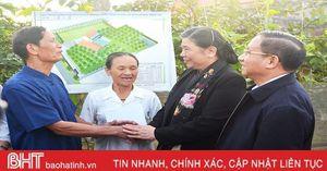 Phó Chủ tịch Quốc hội Tòng Thị Phóng thị sát vùng bãi ngang Hà Tĩnh và tặng quà đối tượng chính sách