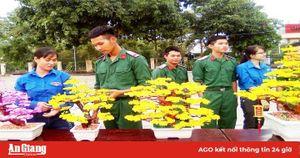 Chiến sĩ Trung đoàn Bộ binh 892 với món quà xuân tặng mẹ
