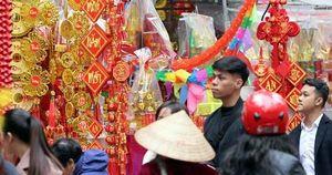 Người Hà Nội ùn ùn kéo đến Hàng Mã sắm Tết