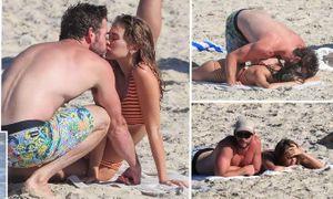 Liam Hemsworth hôn đắm đuối bạn gái người mẫu trên bãi biển