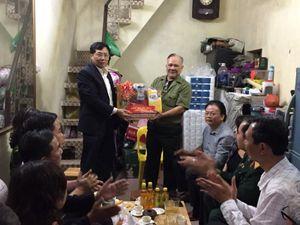 Lãnh đạo quận Hai Bà Trưng thăm, tặng quà gia đình chính sách dịp Tết