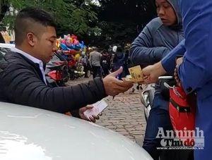 Đi Văn Miếu xin chữ đầu năm, người dân bị 'chặt chém' tiền gửi xe máy