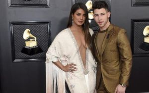 Hoa hậu Priyanka Chopra diện váy hở vòng 1 đẫy đà đến chóng mặt tại Grammy