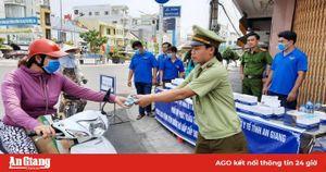 Gần 2.500 khẩu trang y tế được phát miễn phí cho người dân TP. Long Xuyên