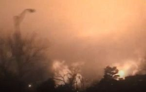 Bầu trời ma quái từ vụ cháy lớn tại nhà máy lọc dầu ExxonMobil ở Mỹ
