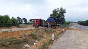 Cận cảnh rào cao tốc nối Huế - Đà Nẵng bị tháo dỡ, mở lối đi trái phép