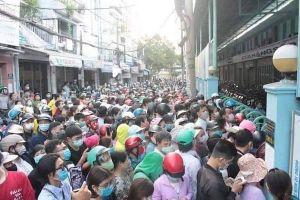 TP Hồ Chí Minh: 'Biển người' xếp hàng mua khẩu trang tại chợ sỉ lớn nhất TP