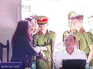Luật sư bị buộc rời phòng xử