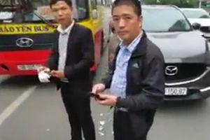 Tài xế bị cửa xe buýt kẹp đứt ngón tay khi cãi nhau trên đường