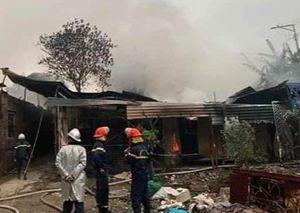 Hà Đông: Xưởng gỗ bốc cháy dữ dội lúc sáng sớm