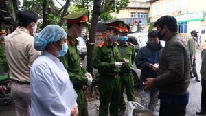 Theo chân lực lượng chức năng Hà Nội kiểm soát việc cách ly xã hội của người dân