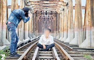 Chụp ảnh trên cầu đường bộ, hai nữ sinh rơi xuống tàu hỏa tử vong thương tâm