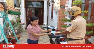 Công an Phú Tân giao giấy chứng nhận đăng ký xe, chứng minh nhân dân tận nhà dân trong mùa dịch Covid-19