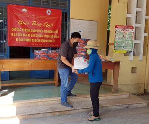 Hội Chữ thập đỏ thị xã Ninh Hòa phát bánh mì và trao quà hỗ trợ cho người nghèo