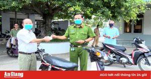 Công an Phú Tân tặng xe honda cho người nghèo sinh kế