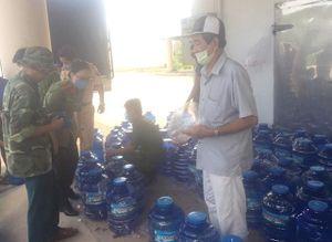 Tặng 500 bình nước ngọt cho người dân huyện Chợ Lách