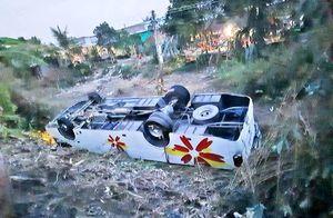 Xe khách lật ngửa, 7 người bị thương