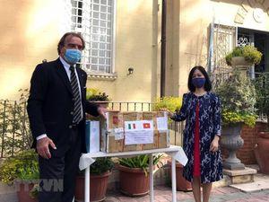 Đại sứ quán Việt Nam hỗ trợ vật tư y tế, ủng hộ Italy chống đại dịch