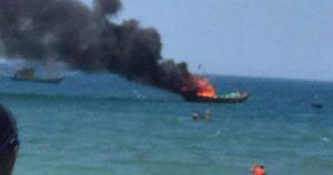 Quảng Nam: Tàu cá đang đậu bất ngờ bốc cháy dữ dội