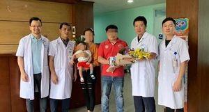 Cứu bé gái người Lào mắc khối nang phổi khổng lồ